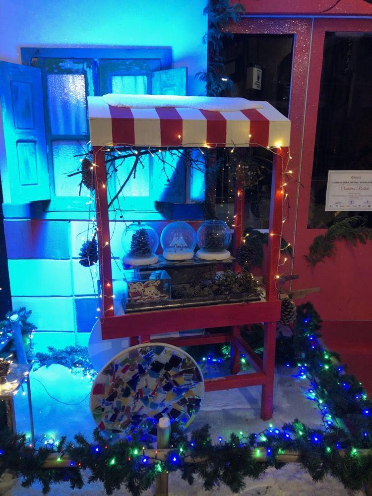 Detalle del escaparate de navidad de Cristaleria Robledo