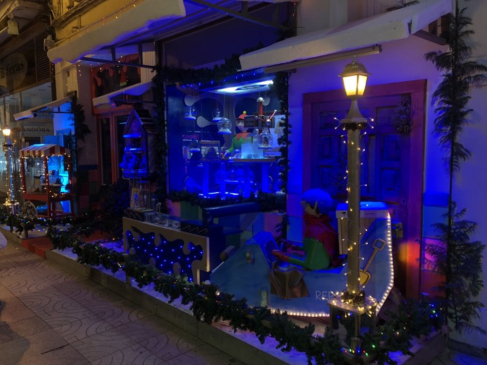 Detalle del escaparate de navidad de Cristalería Robledo