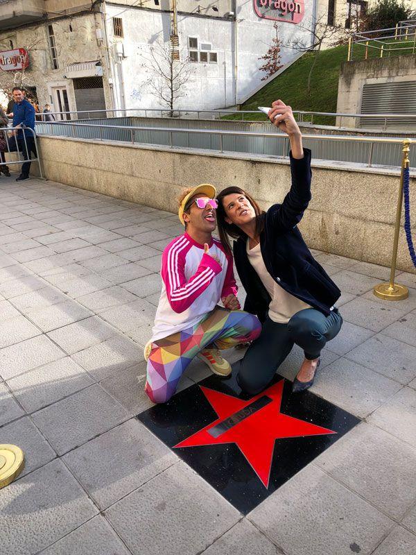 Okuda y la medallista olimpica Ruth Beitia en la estrella de la fama de Okuda