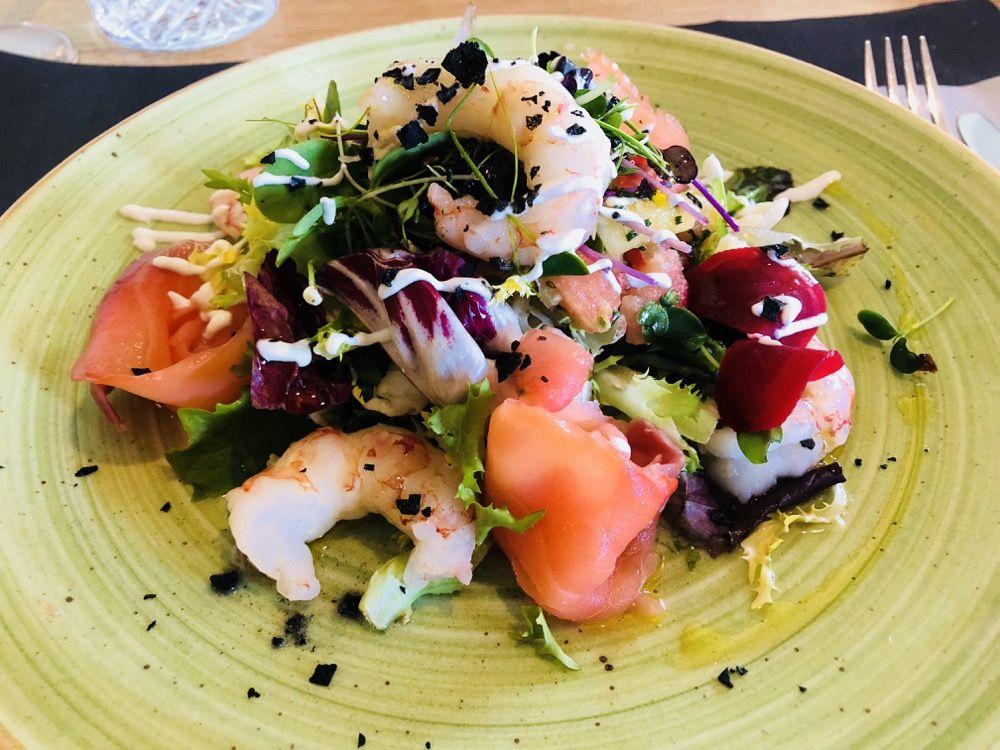 Ensalada de langostinos con salmón ahumado a la emulsión de ajos
