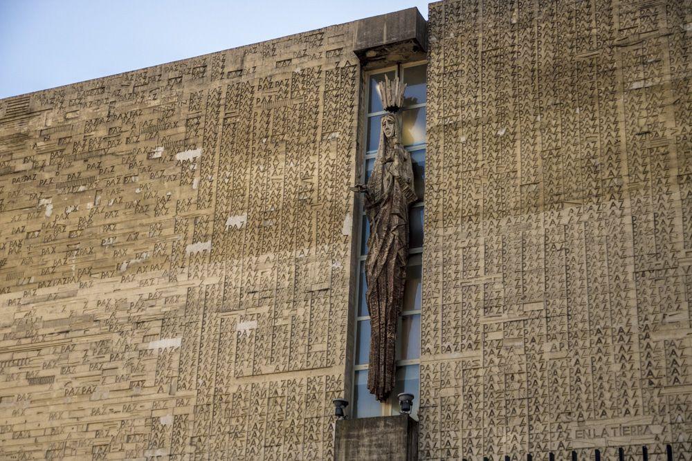 Detalle de la Virgen de la fachada princinal