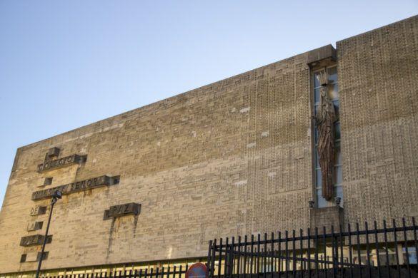 Vista general de la fachada del colegio