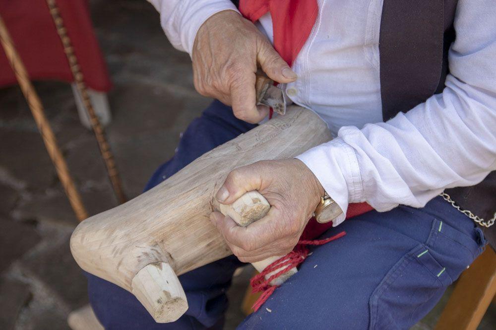 Detalle artesano haciendo albarcas