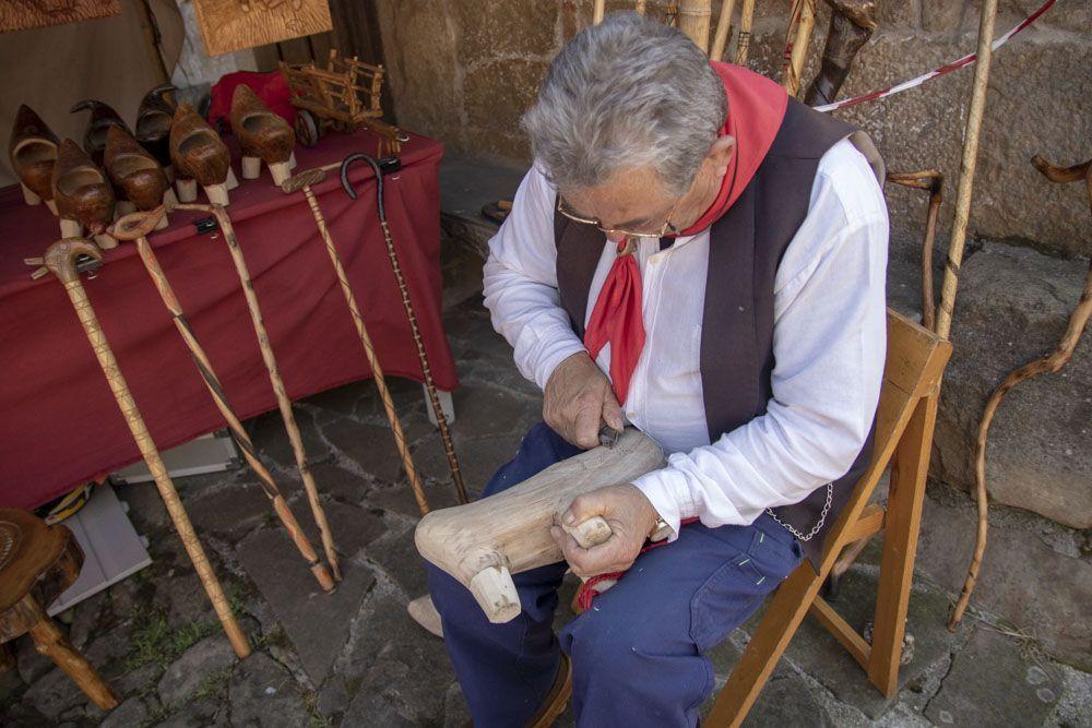artesano haciendo albarcas