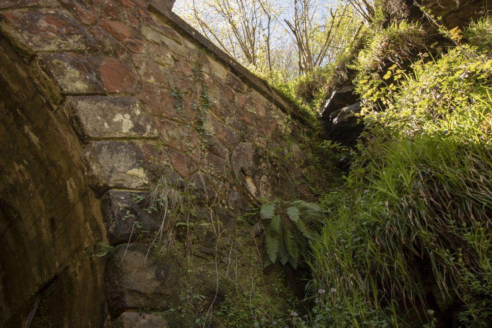 Detalle escudo entrada túnel de la Engaña
