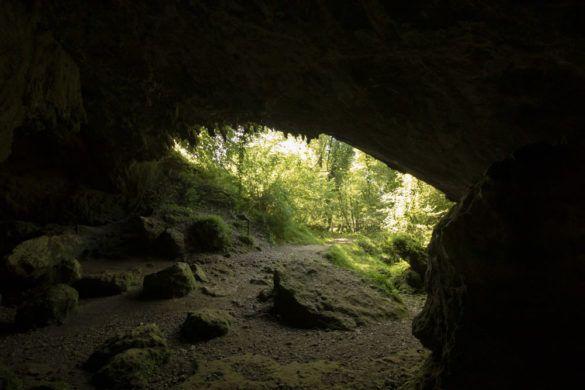 Boca de entrada de la cueva del valle vista desde dentro