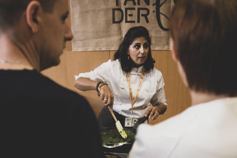 Anjalina Chugani en el Taller de cocina india vegana